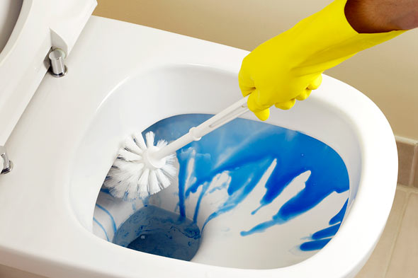 How to properly clean a bathroom